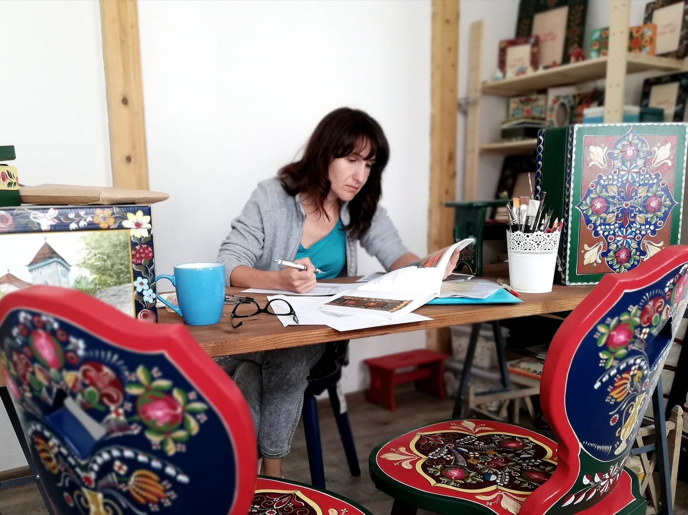Golden hands. Adina's painted furniture, a story full of passion, flowers and love